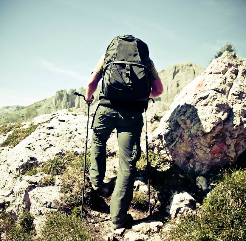 bastones-trekking-ascenso-rocas
