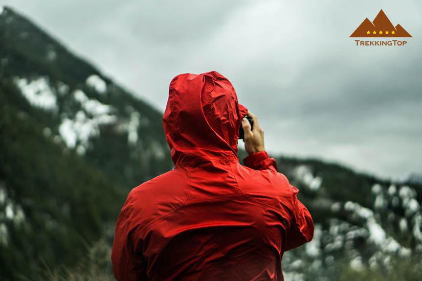 chaqueta-trekking-impermeable-capucha